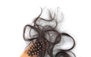 11 motive pentru care chelesc femeile. Cum opreşti căderea părului?