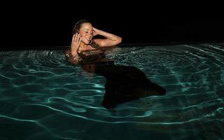 Mariah Carey a sărit îmbrăcată în piscină