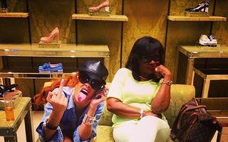 Rihanna se strâmbă şi înjură în faţa mamei sale