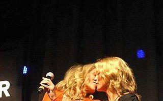 Sharon Stone şi Kate Moss s-au sărutat în public