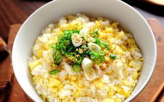 Reţeta zilei: Orez prăjit cu ou şi ceapă verde