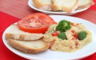Reţetă delicioasă de post: Salată de quinoa cu broccoli şi ardei roşu