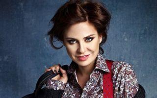 Adina Buzatu aduce în România noi cămăşi pline de culoare