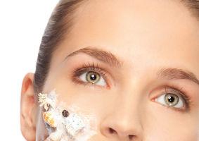 5 exfoliante eficiente, ieftine şi care nu-ţi distrug pielea