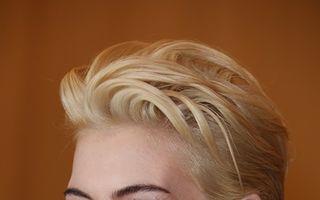 Anne Hathaway s-a făcut blondă