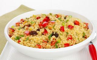 Reţeta zilei: Salată caldă de cuşcuş cu ardei roşu, măsline şi ceapă verde