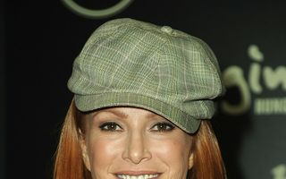 Angie Everhart are cancer tiroidian