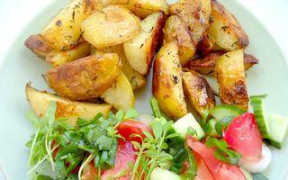 Găteşte vegan: Cartofi noi la cuptor cu salată de creson şi crudităţi