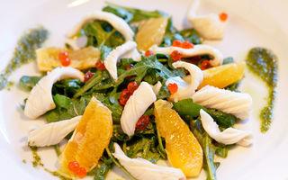 Salată de rucola cu pui, portocală şi rodie