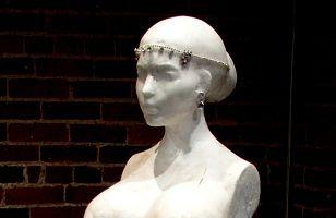 Kim Kardashian are statuetă nud