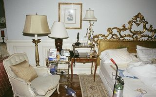 """Imagini din dormitorul lui Michael Jackson: Megastarul trăia într-o """"farmacie"""""""