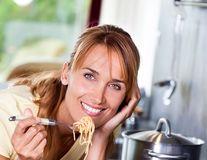 Cât de periculoase sunt alimentele procesate şi ce ar trebui să mâncăm pentru a fi sănătoşi