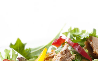 Salată de ton cu porumb şi roşii