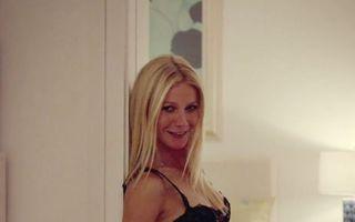 Gwyneth Paltrow, sexy la 40 de ani: Actriţa arată superb în lenjerie intimă