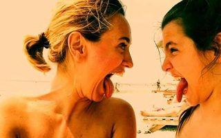 Andreea Esca, vedeta cu suflet de copil: S-a pozat în timp ce scotea limba la fiica ei
