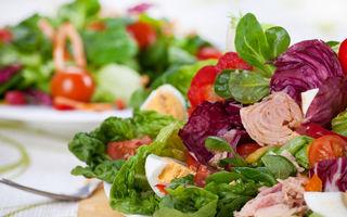 Salată cu ton, valeriană şi ou