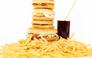 6 factori care stimulează apetitul şi te fac să mănânci prea mult