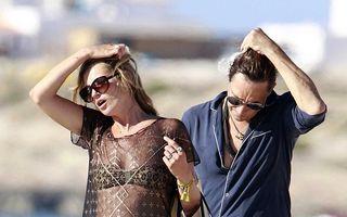 Vacanță de supermodel: Kate Moss fumează țigară după țigară!