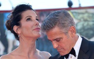 Nu s-a putut abţine: George Clooney, cu mâna pe fundul Sandrei Bullock!