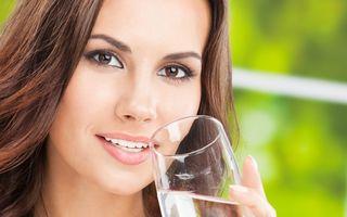 5 soluţii practice ca să bei mai multe lichide sănătoase în fiecare zi