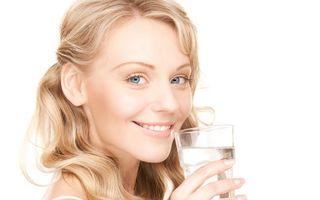 De ce e important să bei zilnic opt pahare cu apă? Cum te ajută?