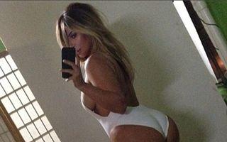 Kim Kardashian s-a pozat în costum de baie. Cum arată după ce a slăbit 12 kilograme
