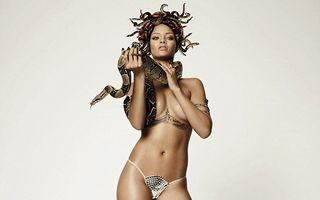 Mereu provocatoare: Rihanna a pozat dezbrăcată, acoperită de șerpi