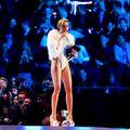 Miley Cyrus, din nou provocatoare pe scenă