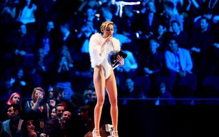 Anchetă după ce Miley Cyrus a fumat marijuana pe scenă