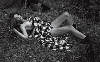 Frumusețe fără vârstă: Cindy Crawford a pozat topless la 47 de ani
