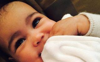 Kim Kardashian este acuzată de fani că i-a epilat sprâncenele fetiței sale
