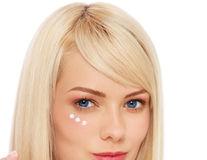 Frumusețe: Cum să-ți faci singură o cremă de față potrivită tenului tău