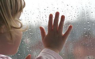 VIDEO: Reacția unei fetiţe care vede pentru prima oară ploaia