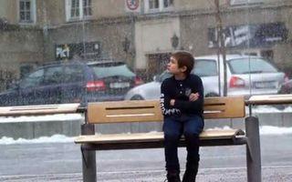 VIDEO: I-ai da haina ta unui copil care tremură de frig?