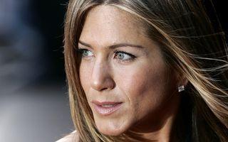 Jennifer Aniston îşi amână nunta