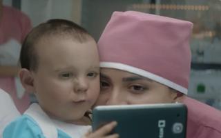 VIDEO: Bebelușul face poze cu telefonul