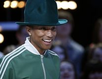 "Pharrell Williams a lansat tricourile ""Happy"""