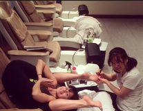 Dependentă de yoga: Soția actorului Alec Baldwin își face pedichiura într-o poziție imposibilă