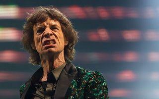 Mick Jagger, înconjurat de rude şi prieteni, la funeraliile iubitei sale