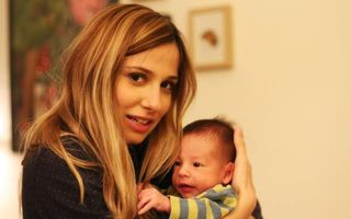 Cum îi face Dana Rogoz baie bebeluşului ei