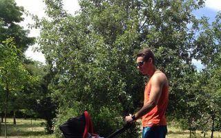 Un tătic model: Mircea Badea, la plimbare în parc cu fiul său