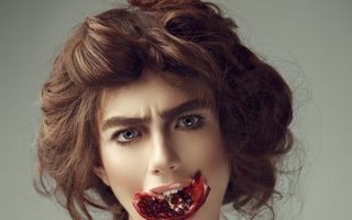 Iulia Albu, un nou pictorial trăsnet: Despre rodii și prăjituri mâncate în cadă