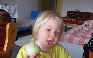 VIDEO: Mănâncă ceapa ca pe măr!