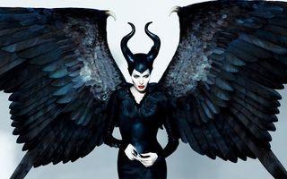 """Hollywood: Angelina Jolie, o vrăjitoare sexy în """"Maleficent"""". 5 cotoroanţe!"""