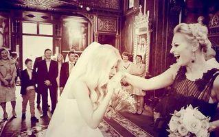 """Poză """"de milioane"""": O femeie îi sărută mâna Deliei"""