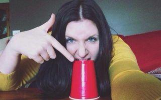 VIDEO: Fata care cântă cu un pahar din plastic