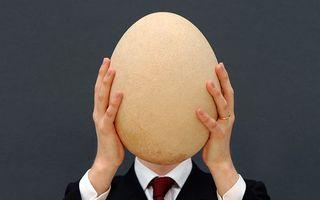 VIDEO: Cum bagi un ou într-o sticlă? Simplu: Cu finețe!