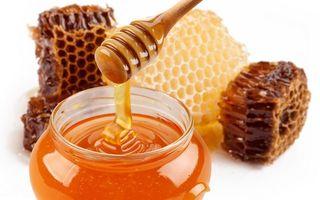 Dr. Oz: 5 motive pentru care e bine să ai miere de albine în casă
