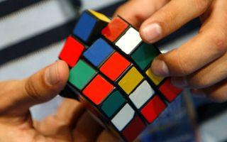 VIDEO: O fetiță de 3 ani rezolvă cubul Rubik în 3 minute