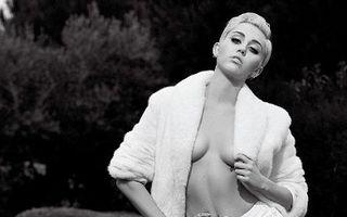 Miley Cyrus a pozat nud pentru Karl Lagerfeld - FOTO